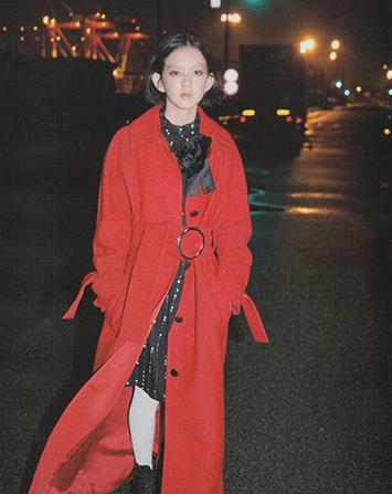 赤いコートを着た中島セナ